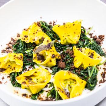 Raviolo di pasta fresca con ricotta, spinaci e burro affumicato. Crumble al cacao